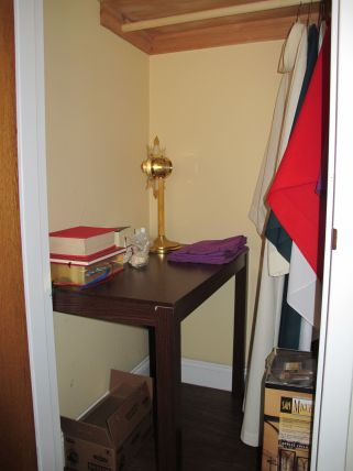 The credence table fits perfectly in the closet.